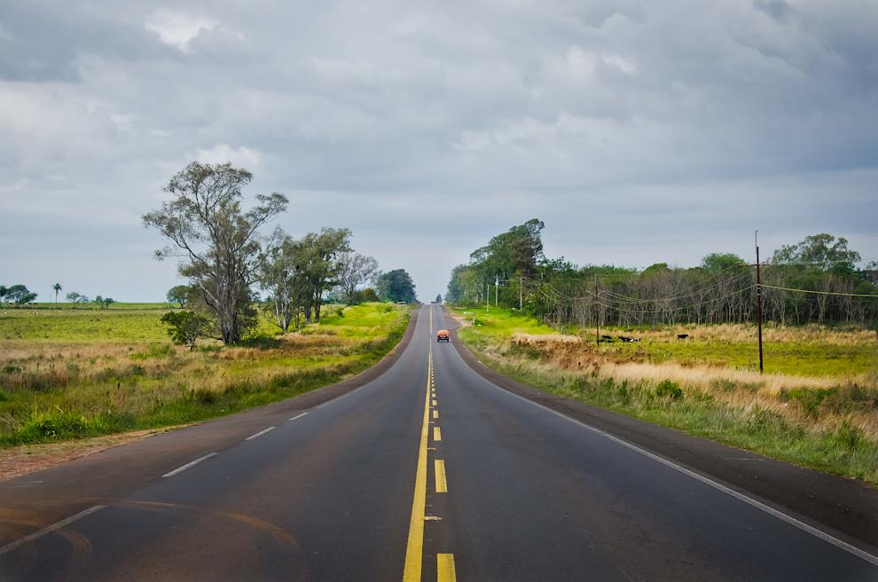 Una vista de la ruta 1, que une San Juan Bautista con la siguiente ciudad de San Ignacio, departamento de Misiones. (Elton Núñez)
