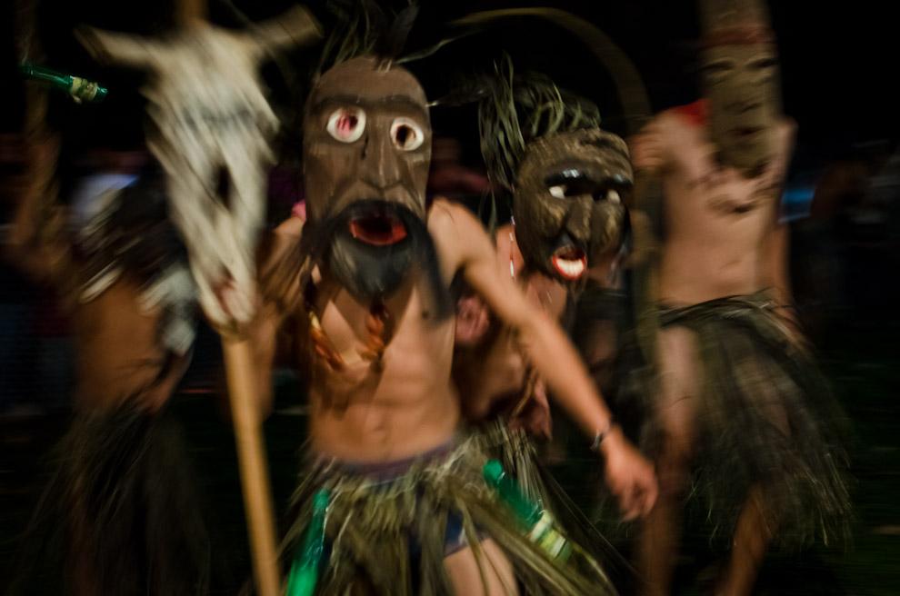 Jóvenes interpretan danzas antiguas de los Kambá, en la fiesta por el día de San Pedro y San Pablo, en la localidad de Itaguazú, distrito de Altos, departamento de Cordillera. (Elton Núñez)
