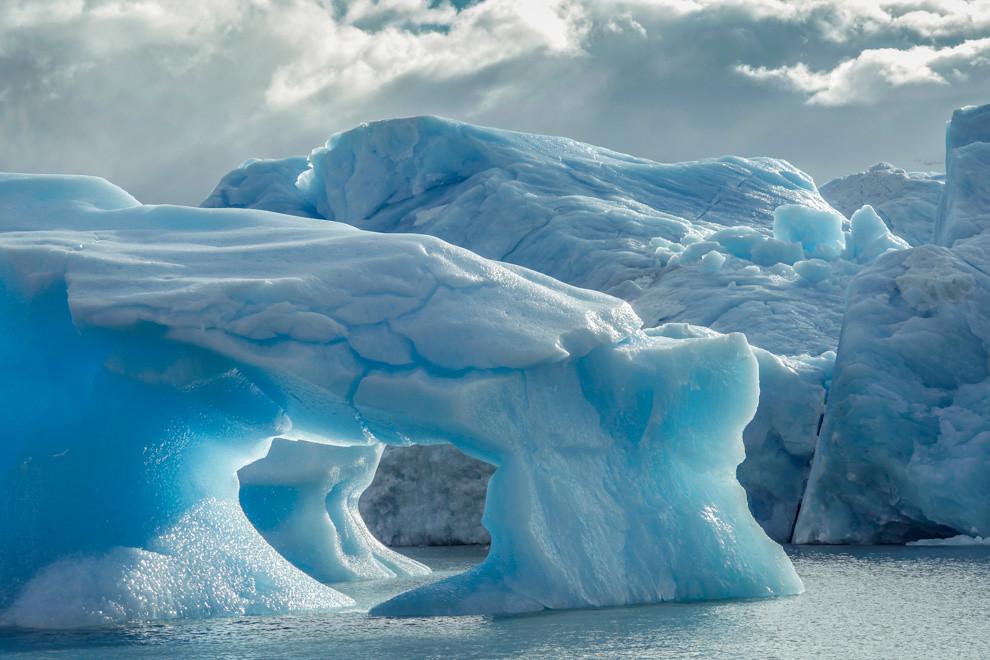 Camino al Glaciar Viedma estos témpanos de hielo desprendidos del glaciar ofrecen colores y formas increíbles. (Santiago Ortiz).