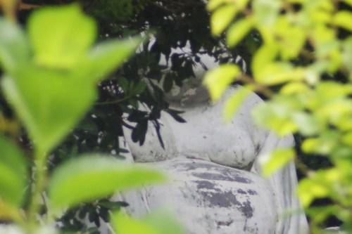 木陰に見える大黒さんも廃墟的で怖い
