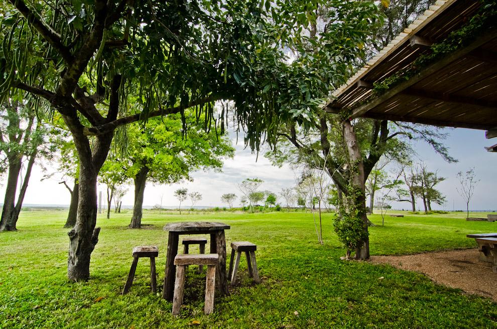 """El patio trasero de una de las cabañas de la """"Hacienda Graciela"""" en medio de los arrozales, en el departamento de Misiones. (Elton Núñez)"""