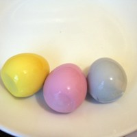 Como fazer: Ovos coloridos tingidos naturalmente