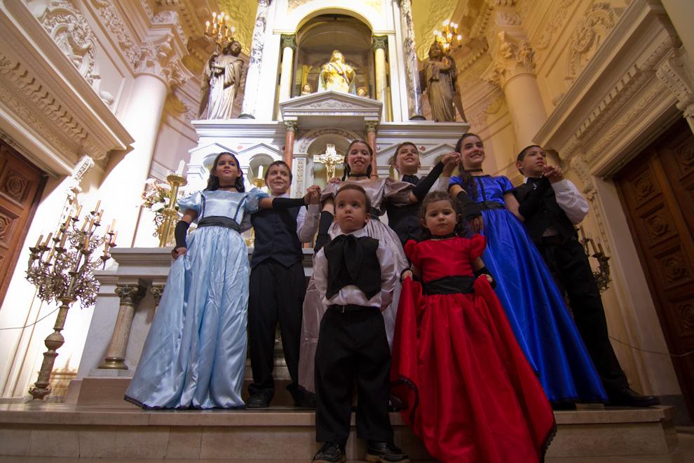 Niños con trajes de época posaban en el Panteón de los Héroes para el deleite de los presentes. (Tetsu Espósito - Asunción, Paraguay)