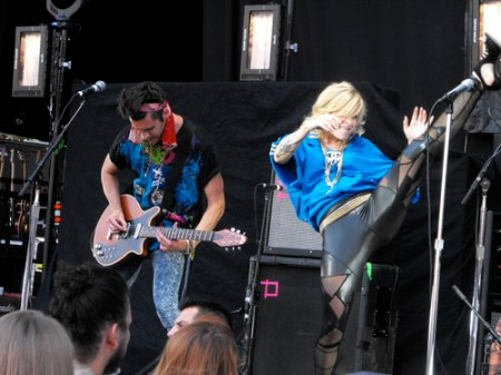 Maja Ivarsson, Felix Rodriguez of The Sounds (kick)