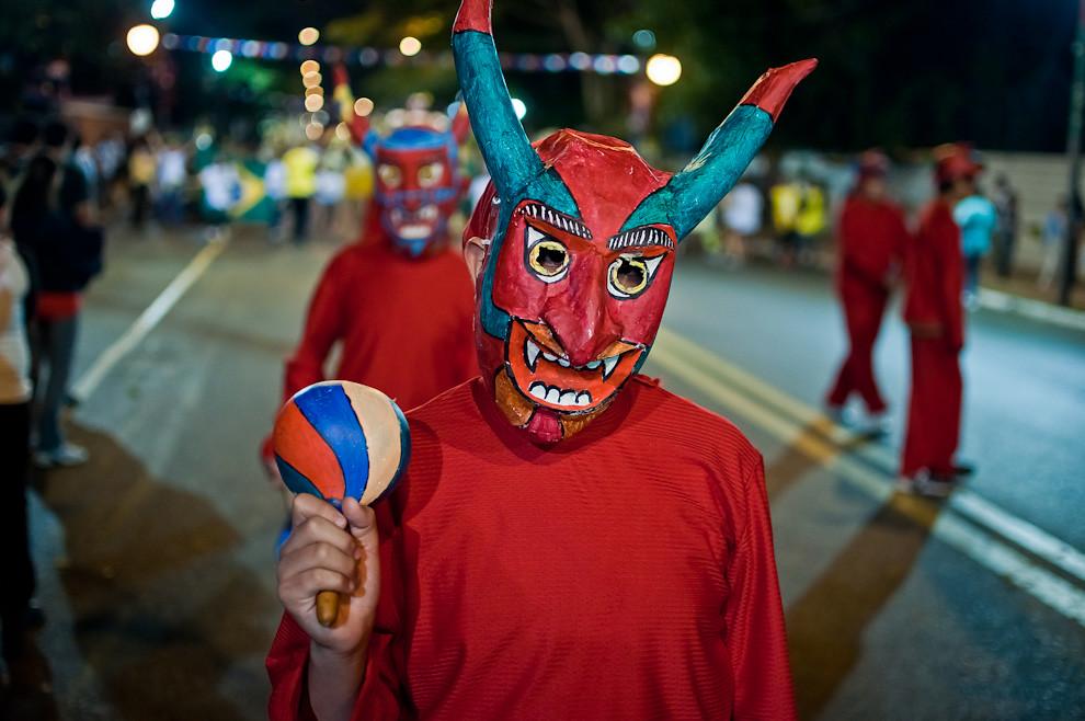 """Un integrante de la comparsa boliviana conocida como """"La diablada de Oruro"""", avanza sobre la Avenida Mariscal López durante el Desfile de Las Naciones, de los pueblos originarios, inmigrantes, de carnavales de Paraguay y de naciones invitadas el sábado 14 de Mayo. (Elton Núñez - Asunción, Paraguay)"""