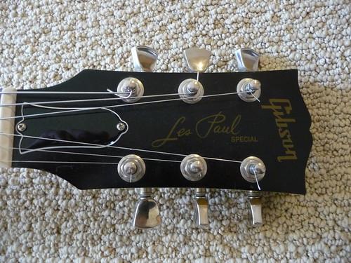俺の名前?俺の名前はギターに書いてあるよ。
