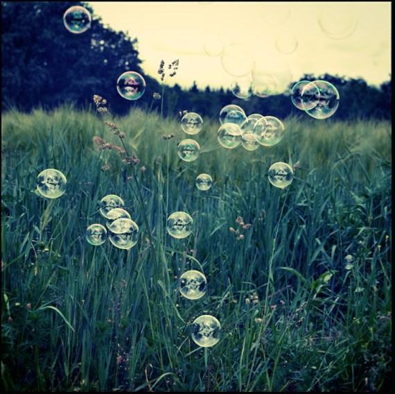 Seifenblasen vor dem Kornfeld