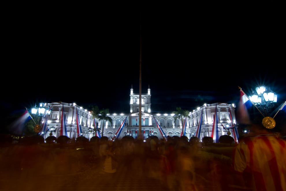 Masíva asistencia de público desde las primeras horas de la noche frente al Palacio de López, ataviado para los festejos del Bicentenario.  (Tetsu Espósito - Asunción, Paraguay)