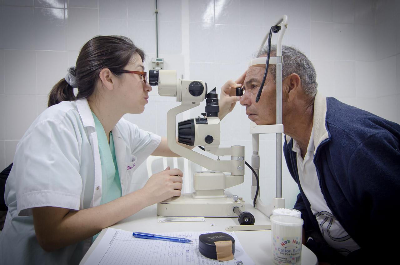 Una profesional de la Fundación Visión analiza los ojos del paciente con el queratómetro. La Queratometría es una prueba refractiva objetiva cuyo propósito es determinar la curvatura, potencia y toricidad de la córnea, se ha realizado este exámen a más de dos mil personas en una semana. (Elton Núñez)