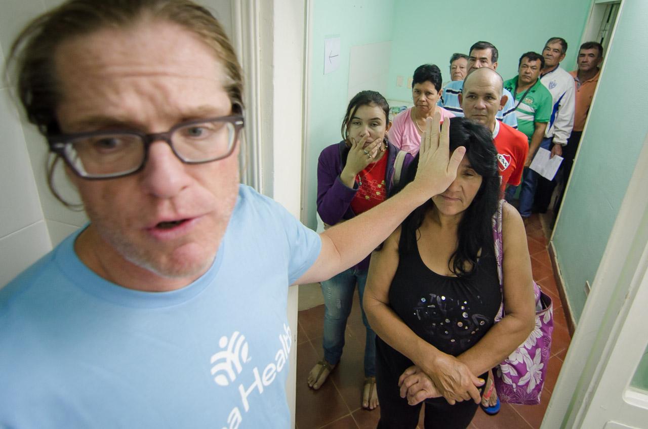El Doctor John Spencer detecta presión intraocular alta e indicios de glaucoma en una paciente y ordena a sus colegas a realizar estudios más rigurosos. Mientras tanto cientos de personas esperan sus respectivos turnos. (Elton Núñez)
