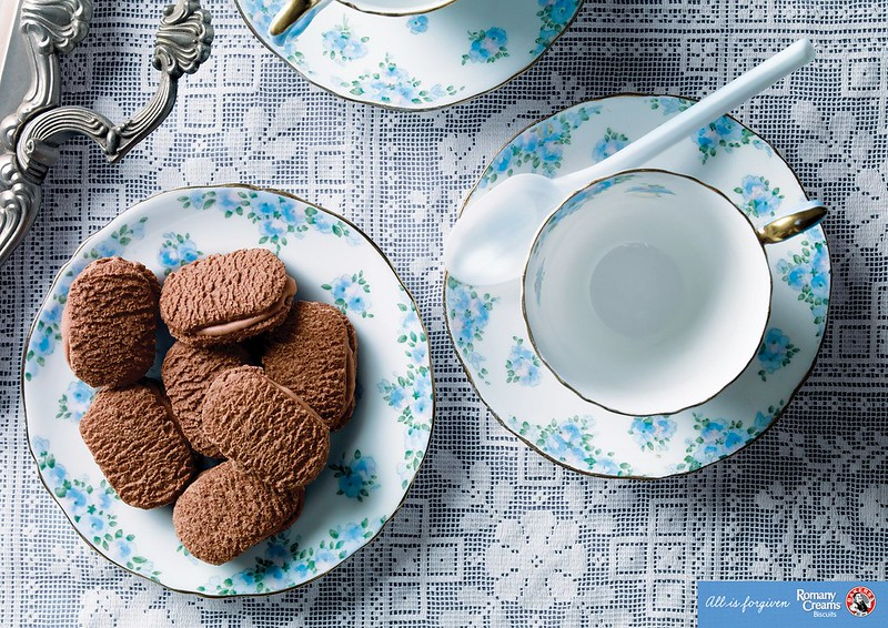Bakers-Romany-Creams-Choc-Biscuits-Spoon