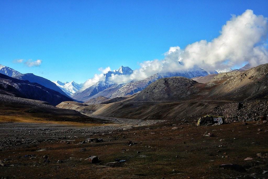 Snow lined views back to Kunzum La