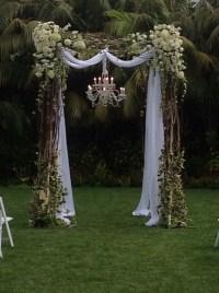 圣巴巴拉风格装饰的婚礼拱门