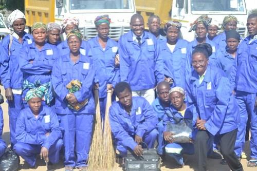 Entrega uniformes para funcionários da Empresa Municipal de Saneamento