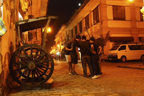 Calle Crisologo Vigan: A group of tourist previewing their group shots