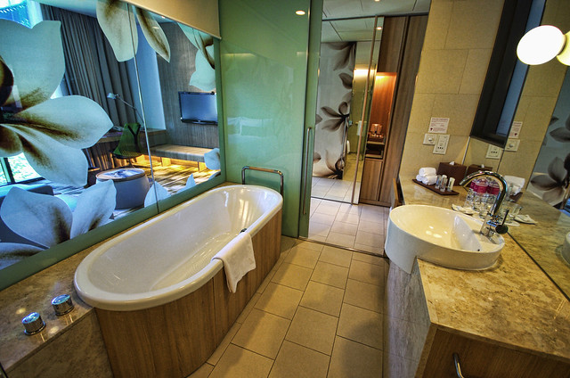 bathroom of crowne plaza changi airport