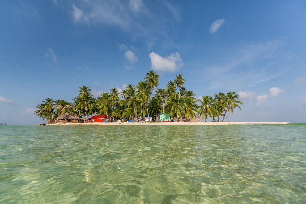 El archipiélago de San Blas (también conocido antes como archipiélago de las Mulatas) es un conjunto de 365 pequeñas islas e islotes pertenecientes a Panamá situadas frente a la costa norte del Istmo, al este del Canal de Panamá, de las que solamente unas 80 están habitadas. Es el hogar de los indios Guna, que forman parte de la comarca Guna Yala a lo largo de la costa caribeña de Panamá. Se ha convertido en uno de los destinos turísticos más exuberantes de Panamá, famoso por sus hermosas playas de arena blanca, sus aguas transparentes, el arte y lo impresionante de la cultura Guna. (Tetsu Espósito)
