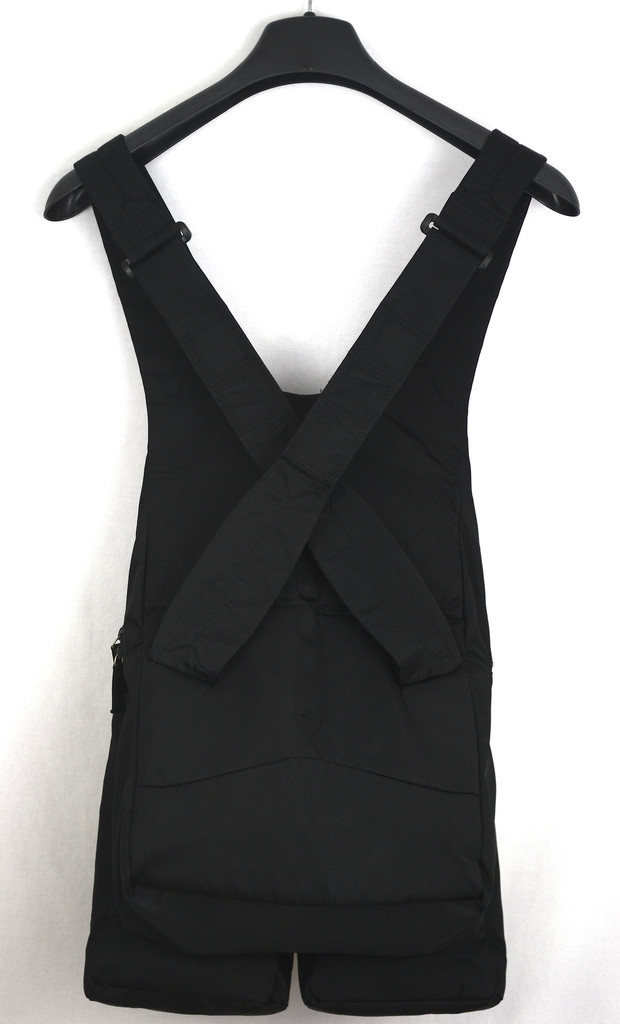 Helmut Lang military cargo vest from S:S 1999. In excellent used condition with minor signs of wear. Made in Japan.   5-001