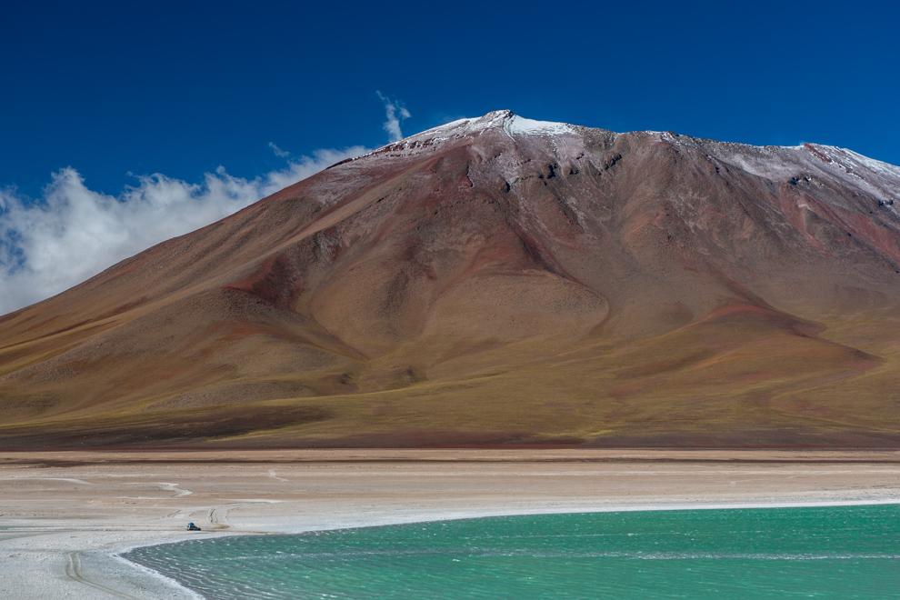 La Laguna Verde a los pies del volcán Licancabur ofrece una majestuosa vista del altiplano boliviano. La Laguna Verde es una laguna de agua salada altoandina de Bolivia, ubicada en la Reserva Nacional de Fauna Andina Eduardo Avaroa en el altiplano en el departamento de Potosí, cerca a la frontera con Chile. (Tetsu Espósito)