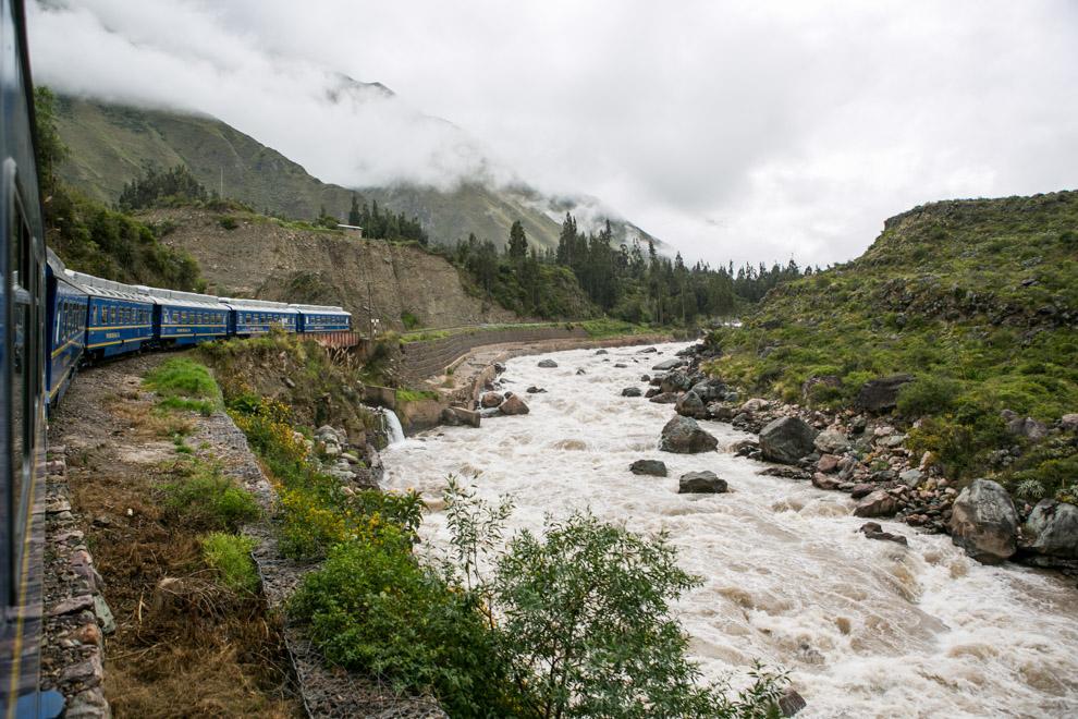 El Tren al Machu Pichu parte de Aguas Calientes. La zona arqueológica en sí solo es accesible, bien desde los caminos incaicos que llegan hasta ella, o bien utilizando el ferrocarril que demora unas 3 horas de viaje. (Tetsu Espósito)