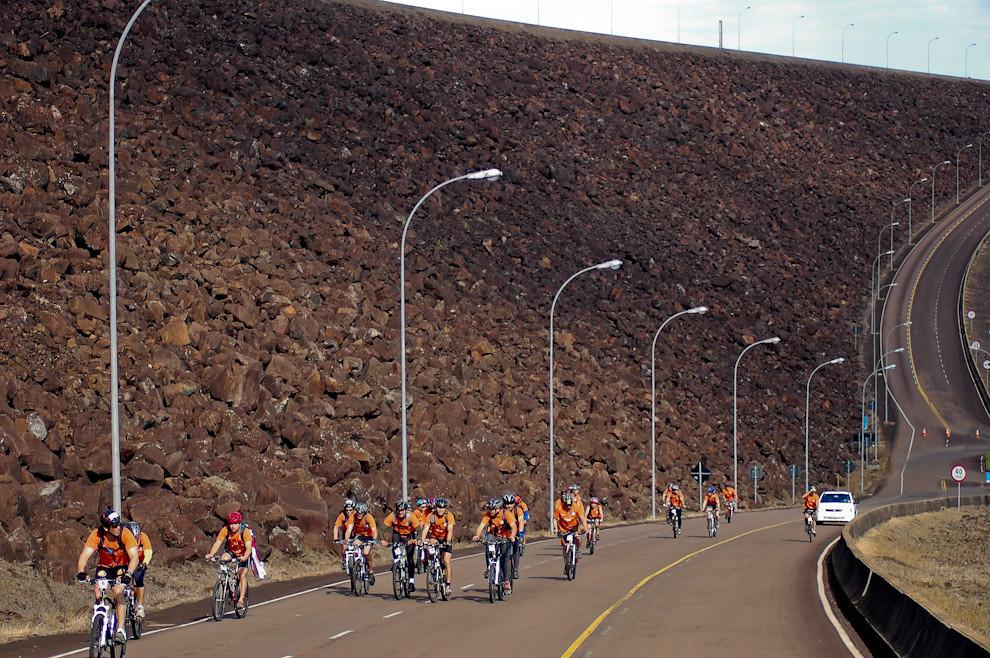 Recorrido en bicicletas bajo la gran muralla de contención (dique) de 8 kilómetros en la Represa de Itaipú. En la largada simbólica, los equipos recorrieron los trayectos que comprenden desde su inicio: Hotel Acaray en Ciudad del Este, Puente de la Amistad, Avenidas principales de Foz de Iguazú, Represa Itaipú hasta el salón de convenciones en Hernandarias. (Elton Núñez - Foz de Iguazú, Brasil)
