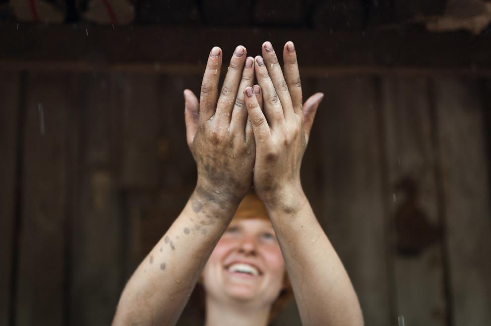 Una milagrosa lluvia cayo el sábado 25 a la tarde, durante la trabajosa etapa de instalación de los cimientos, el clima aporto buen ambiente para trabajar en el exterior en esta oportunidad. (Elton Núñez - Asunción, Paraguay)
