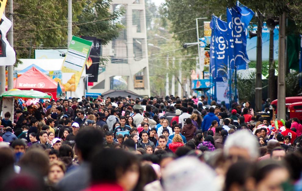Mucha gente se congrega en el predio de la Asociación Rural del Paraguay para visitar los diferentes stands, espectáculos y muestras. (Elton Núñez - Mariano Roque Alonso, Paraguay)
