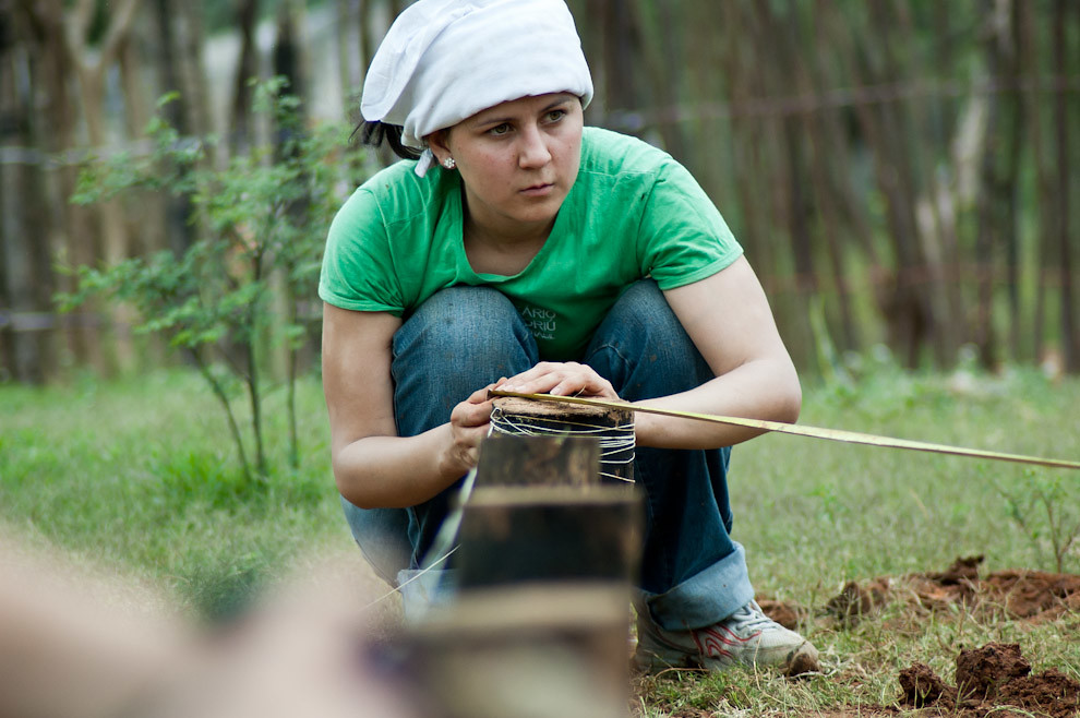 Una voluntaria mide la distancia de la colocación de los cimientos según lo dicta el manual durante la primera etapa de construcción. (Elton Núñez - Asunción, Paraguay)