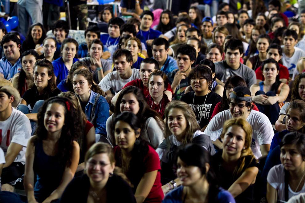 Los jóvenes presentes en el recinto escuchan atentamente la charla informativa realizada por los líderes de Un techo para mi País, antes de partir con sus respectivas cuadrillas. (Tetsu Espósito - Asunción, Paraguay)
