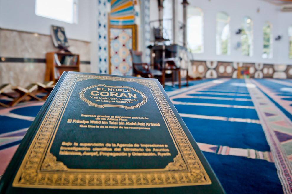 El Corán en Español, que por gentileza de uno de los Miembros del Centro Islámico de Foz de  Iguazú tuvimos la oportunidad de fotografiarlo. (Pedro Ojeda - Foz de Iguazú, Brasil)
