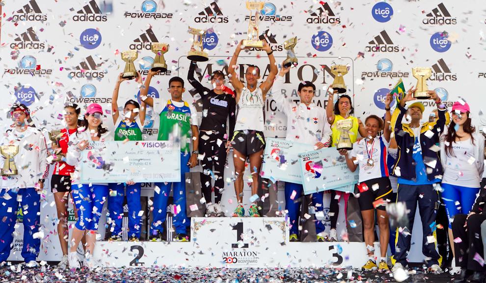 En el Marco de las celebraciones por el Bicentenario del Paraguay, el año pasado se llevo a cabo una de las carreras de Maratón mas importantes. Los ganadores de las categorias de 42, 21 y 10 km, exhiben orgullosos sus trofeos y premios.  (Tetsu Espósito - Asunción, Paraguay)