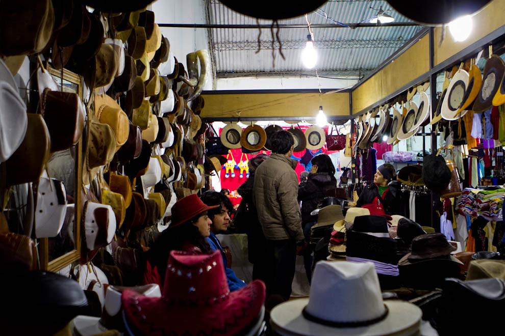 Un local de sombreros exhibe distintos modelos para los visitantes. (Tetsu Espósito - Mariano Roque Alonso, Paraguay)