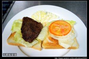 [西餐]三明治類   薄片牛排三明治附高麗菜沙拉
