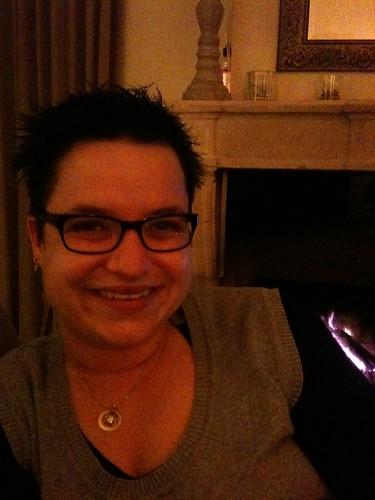 Voor de open haard MET nieuwe bril...