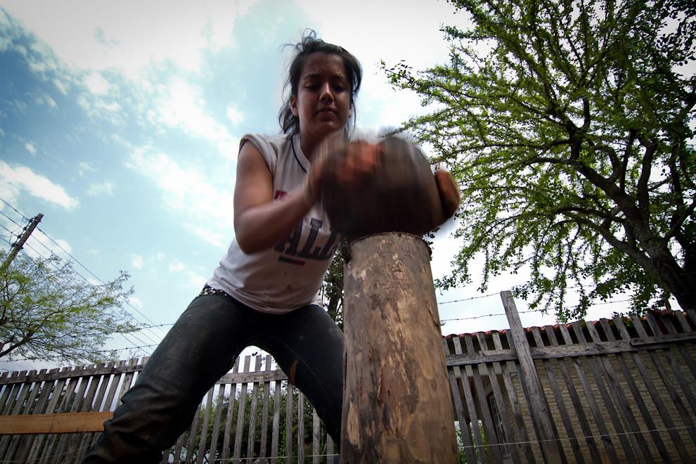 Clavando los pilotes de madera que servirán para el cimiento de la vivienda. (Tetsu Espósito - Lambaré, Paraguay)