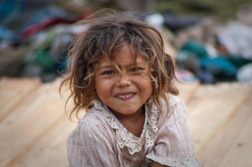 Celia, una niña de 5 años observa a la gente mientras construyen su casa, se la veía alegre con la presencia de gente joven que le ha dado cariño y compañía esos 3 días. (Elton Núñez - Asunción, Paraguay)
