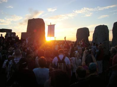 Gente dentro del círculo de piedras
