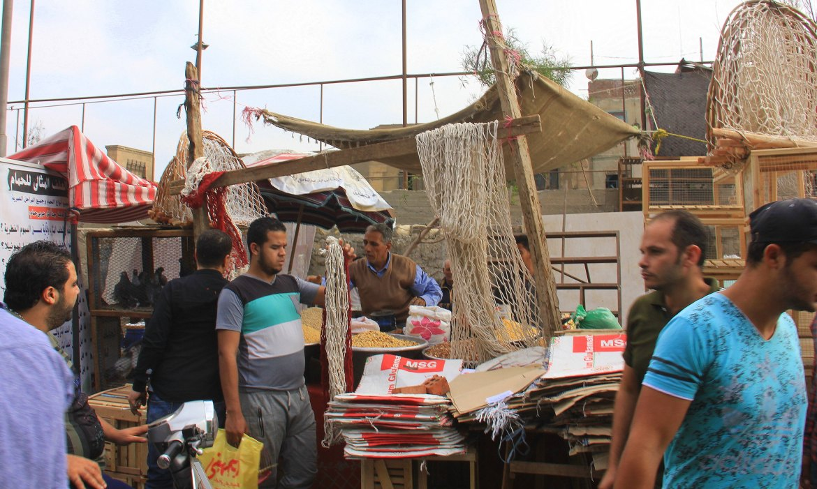 people buying fishing nets at soul al goma