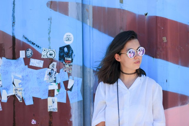 2-lunettes-polette-mur-bleu