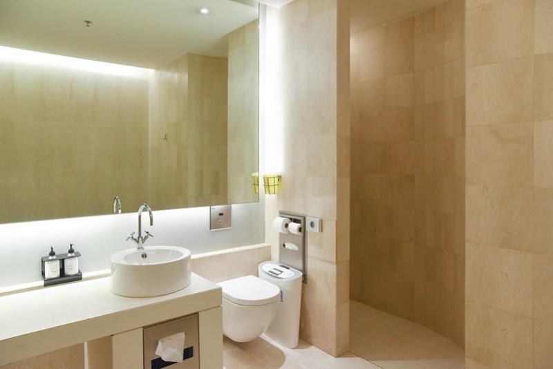 shower room at qantas singapore lounge