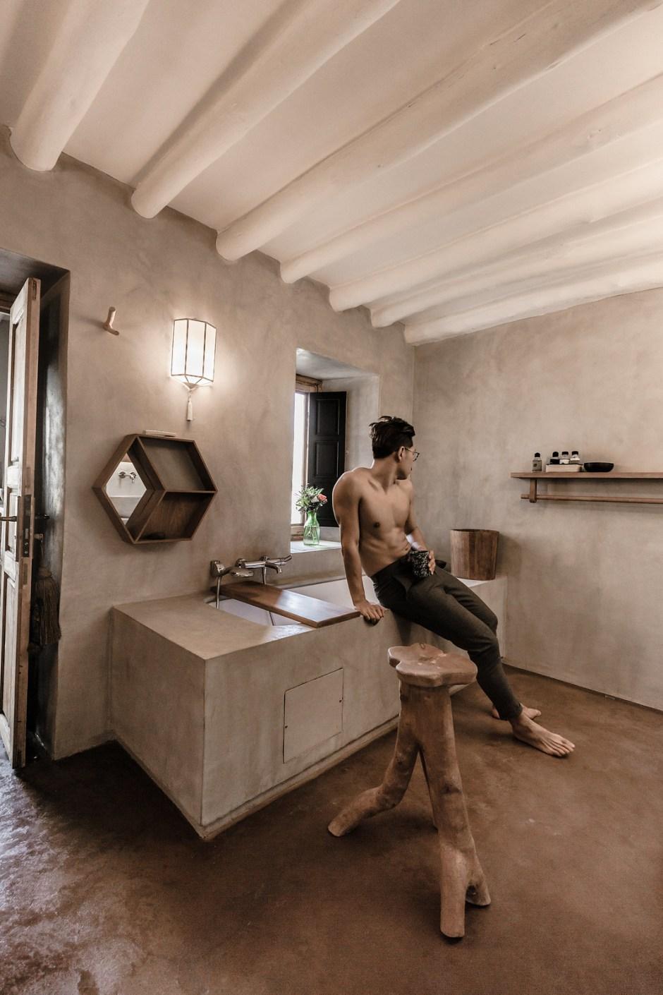 The dog suite bath-tub
