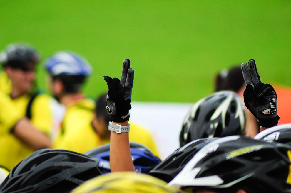 Un atleta participante levanta los brazos para sacarse una foto entre la multitud que se reúne durante la charla informativa. (Elton Núñez - Piribebuy, Paraguay)