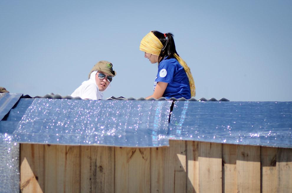 """Los voluntarios de """"Un techo para mi País"""" trabajan en la construcción de una nueva casita en el bañado de Tacumbú en uno de los domingos de Octubre, el radiante sol no fue obstáculo para que estos chicos trabajen todo el día hasta cumplir el objetivo.  (Elton Núñez - Asunción, Paraguay)"""