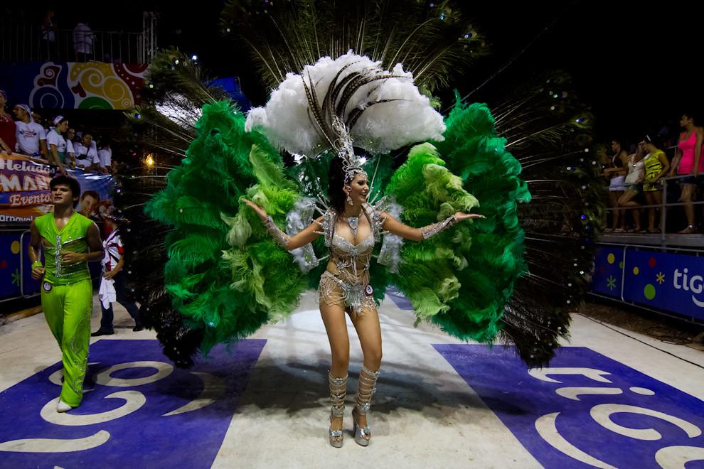 Pasista del Club Pettirossi despliega los colores de su espaldar mientras baila para el público. (Tetsu Espósito - Encarnación, Paraguay)