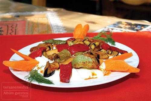 Albüm Gazetesi'nin merakla beklenen Damak Tadı sayfasında bu hafta, Alanya'nın meşhur yemeği yoğurtlama yer alıyor. Sıcak iklimlerin en gözde yaz yemeği olan yoğurtlama, Alanya Yemekleri, Alanya Lezzet Durakları, Alanya Yöresel Yemek