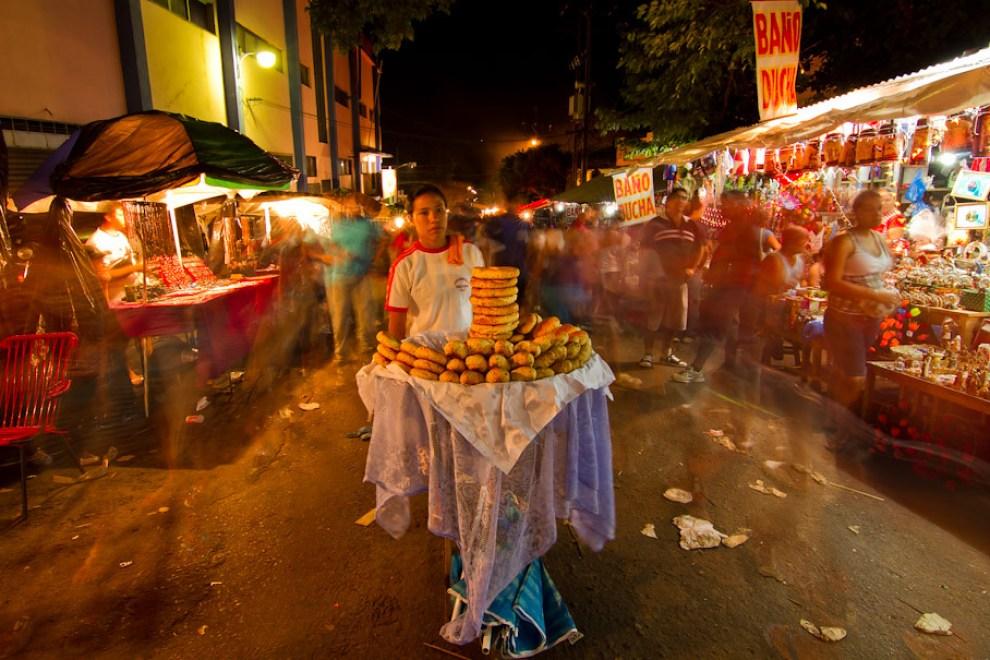 Chipa Rica Chipa. Esta vendedora ofrecía sus productos a los peregrinantes que transitaban por una concurrida calle cercana a la Basílica, con locales de ventas de todo tipo de productos y comidas. (Tetsu Espósito - Caacupé - Paraguay)