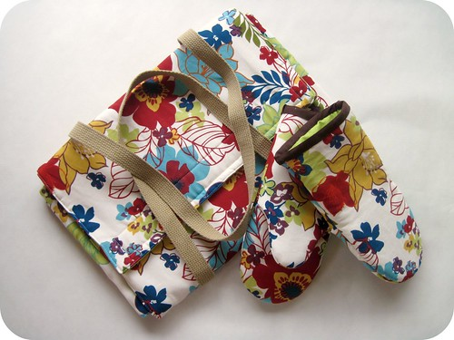 floral casserole carrier and oven mitts