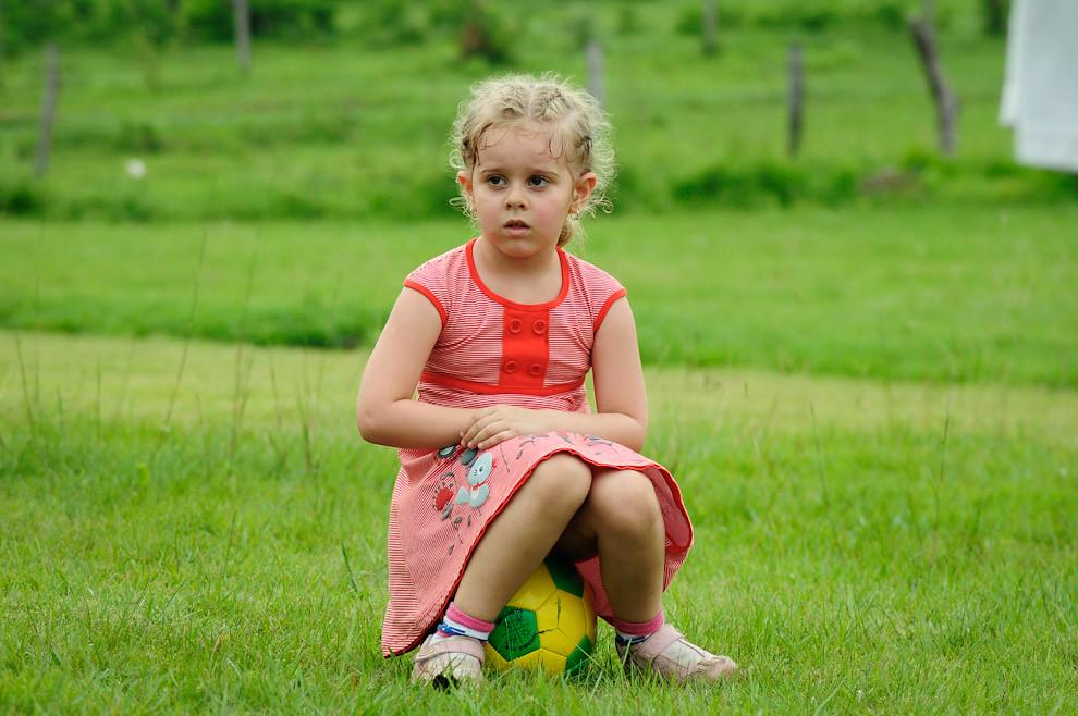 Una niña que vino con sus padres, juega a la pelota mientras se llevaba a cabo la charla de información antes de comenzar la carrera. La Quinta Mandu'arã es un hermoso lugar que brinda un espacio verde para el esparcimiento y disfrutar de la naturaleza. ((Elton Núñez - Piribebuy, Paraguay))