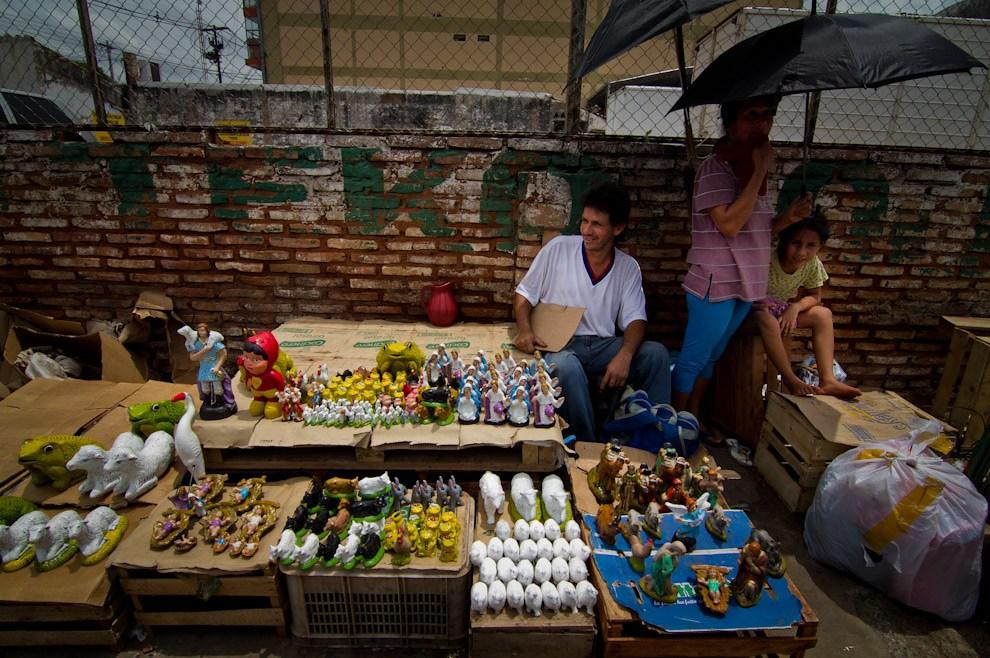 Muchas personas  improvisaron sus locales de venta de tradicionales pesebres en las veredas, en distintos puntos del país. (Tetsu Espósito  - Asunción, Paraguay)