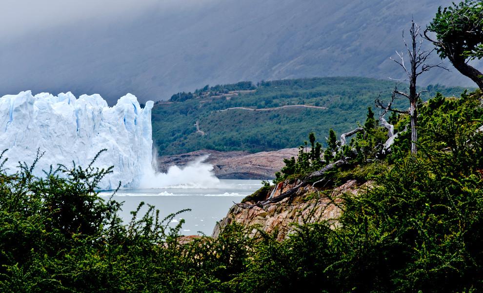 El movimiento de los hielos del Glaciar, crea constantes quebraduras y rompimientos que se escuchan como truenos a kilómetros de distancia.(Roberto Dam - Patagonia, Argentina)